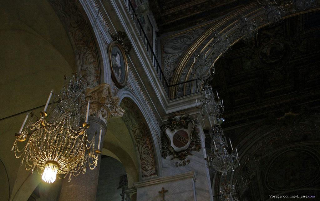 Nous sommes dans l'église du Capitole, le centre politique de Rome : le SPQR ne pouvait manquer à l'appel.
