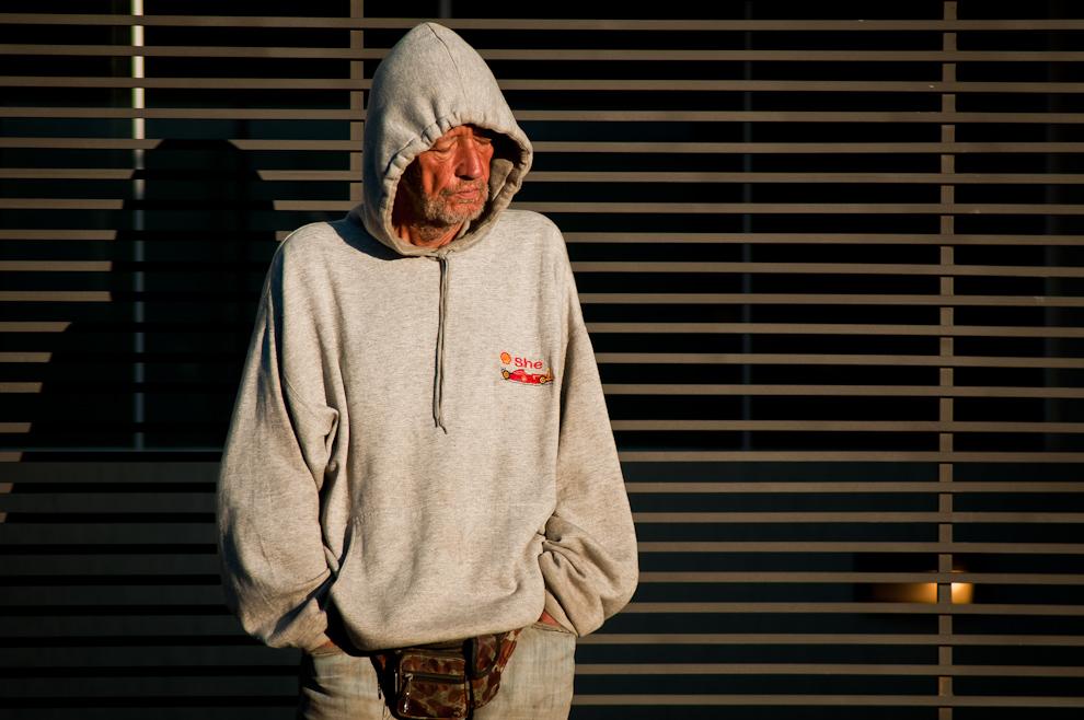 Un vagabundo se coloca todas las mañanas en un mismo lugar frente a una casa para recibir los rayos del sol cerca de las 7:00 en la calle Médicos del Chaco casi Fernando de la Mora de Asunción. En las frescas mañanas esta persona se toma unos minutos de frente al sol, cierra los ojos y dormita parado. (Elton Núñez)