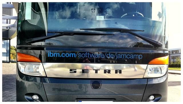 Der JamCamp Social Bus vor dem IBM Campus
