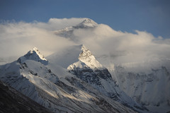 Everest, at 8848 meters, towers above Lakpa Ri (7045 meters) and Changtse (7583 meters) (J Chau) Tags: la tibet everest cho pang oyu basecamp rongbuk qomolangma chomolungma changtse lakpari