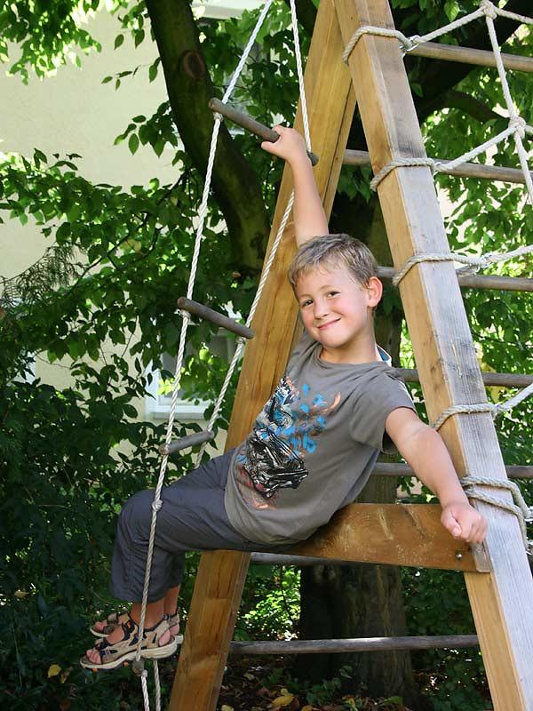Lindenhof Hausmann - Junge auf dem Klettergerüst