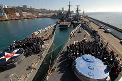 USS Thach and USS Boone Sailors gather on the foc'sle of each ship for a briefing in Valparaiso, Chile (Official U.S. Navy Imagery) Tags: chile southamerica valparaiso navy sailor usnavy guidedmissilefrigate chileannavy pacificphase foreignmilitary ussbooneffg28 ussthachffg43 southernseas2011 unitas52 cdrjeffreyscudder cmdrroylove