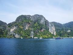 Koh Phi Phi Don (Stewie1980) Tags: mountains thailand island rocks finepix don fujifilm kohphiphi krabi a700 ประเทศไทย ไทย fujifilmfinepixa700