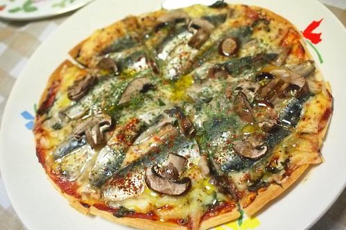 Pizza con acciuga fresco ed il fungo