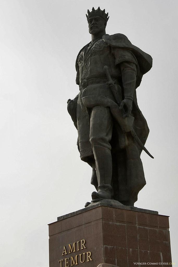 Amir Timur, coroado e armado, em pé, pronto para partir para a guerra.
