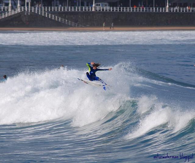 Dani Aznar surfing
