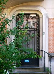 Bruxelles, Belgique: rue Pierre Curie (Marie-Hlne Cingal) Tags: door brussels puerta iron belgium belgique belgie wroughtiron bruxelles porta porte portal brussel tr fer ixelles ferro hierro elsene ferforg ruepierrecurie