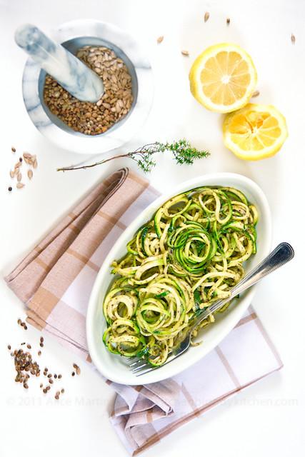 Spaghetti di zucchine con pesto di semi di canapa e girasole