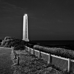 Un phare dans la nuit. (Laureos) Tags: monochrome headlight phare lessablesdolonne pharedelarmandche pharenuit headlightnight lpportpaysages