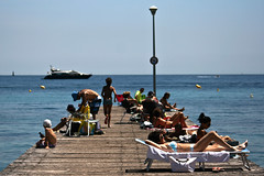 Cannes (luizfilipe) Tags: blue sea summer people france praia beach azul bronze pier boat mar pessoas ship yacht cannes tan frana vero cote tanning navio iate dazur 2011 bronzeando