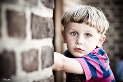right through you (Marco Krüger Photography) Tags: pink blue haircut brick wall canon vintage eos 50mm kid intense eyes dof bokeh f14 blueeyes kirche tshirt 7d fancy stare blau augen polo starren blaueaugen mauerwerk stahlblau orwasitfunkyhaircut