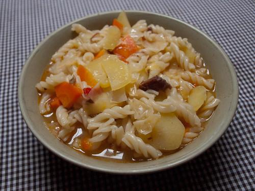 Pasta con sopa de parara, zanahoria y col