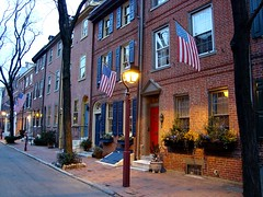 Elfreth's Alley, Philadelphia, United States (Ferry Vermeer) Tags: travel usa philadelphia unitedstates pennsylvania flag unitedstatesofamerica americanflag flags pa americanflags philly penna estadosunidos phily keystonestate travelphotography qu