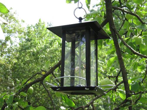 Металлическая  кормушка для птиц