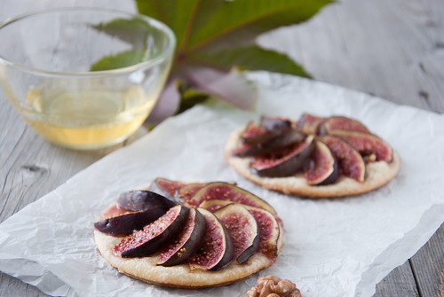 Puffs with figs, walnuts and honey