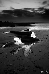 L'eau s'en va (Etienne.Blaszczyk) Tags: mer pose nikon noir sable bretagne nb et blanc 1870mm finistre cailloux d300 longue