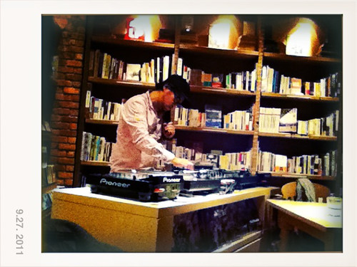 Brooklyn Parlor 裡放音樂的 DJ
