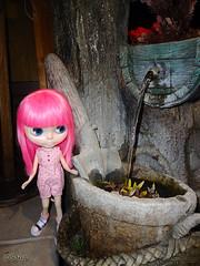 Maya jugando en la fuente del hotel