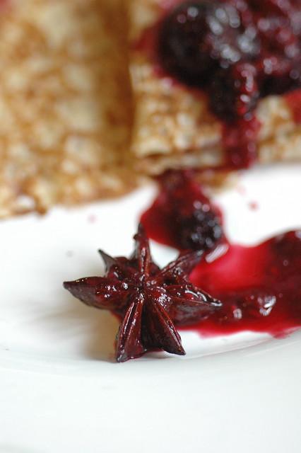crèpes bretonnes e composta di frutti rossi con anice stellato