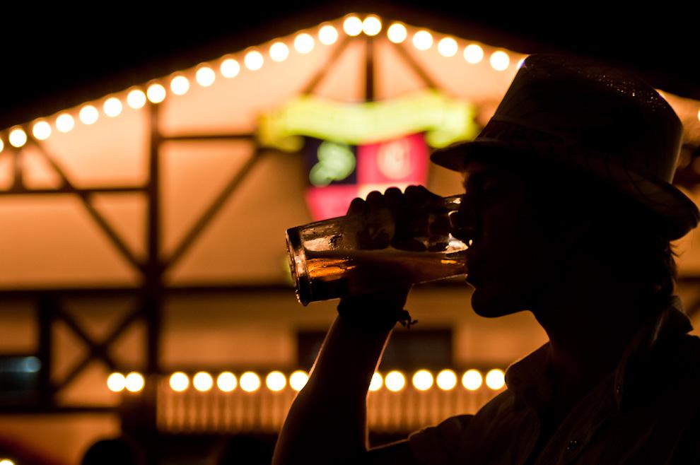 """Un asistente bebe su manija de chopp frente a la sede social del Club Alemán en la tercera noche del Festival de la Cerveza denominado """"Chopp Fest 2011"""" en la colonia Obligado, departamento de Itapúa. (Elton Núñez)"""