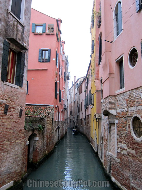 [photo-water street of venice and gondolier]