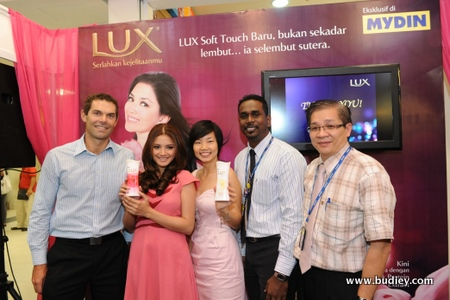 3. Group Pose Of Fazura, Mydin And Unilever During The Launch Of The Lux Soft And Smooth Range
