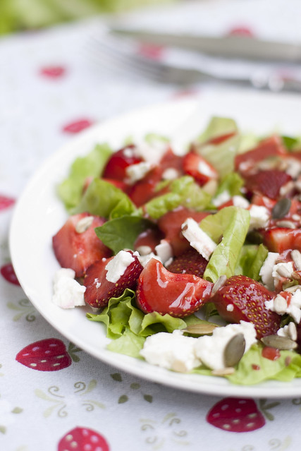 Maasikasalat kitsejuustu ja seemnetega / Stawberry salat with goat cheese and seeds