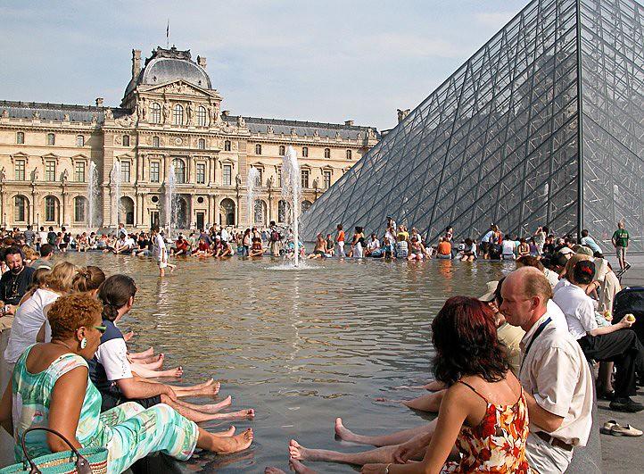 bassins de la cour carrée du Louvre pendant la canicule d'août 2003