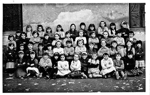 Grupo de alumnas en el patio de las escuelas