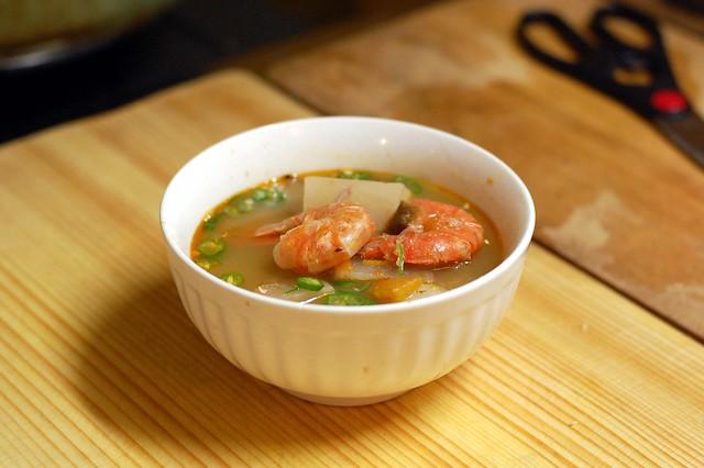 顧問が作ったフィリピン料理シニガンは魚介をいろいろ入れたエスニックスープ!