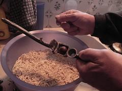 Extraire la pulpe de la châtaigne cuite avec le presse-ail