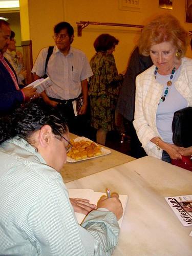 Firmando el ejemplar de Conchita Blázquez