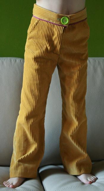 Dikgeribde fluwelen mosterdgele broek met paarse paspel en groene knoop - voorkant