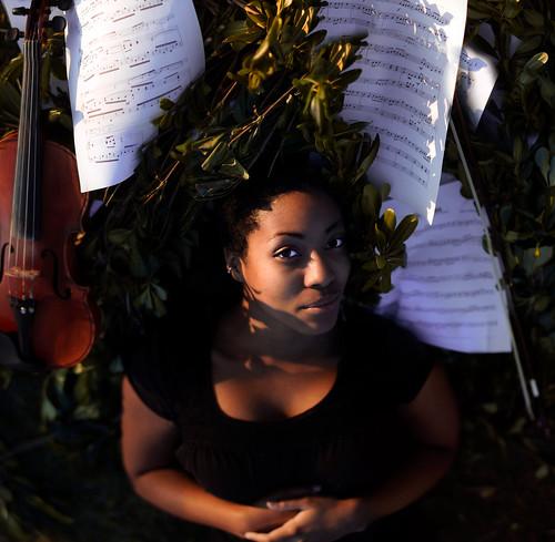 無料写真素材, 人物, 女性  黒人, 楽器, 女性  横たわる・寝転ぶ, バイオリン, 音符・楽譜, 音楽, アメリカ人