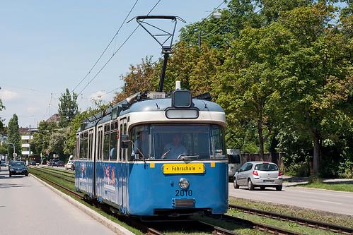 Auf Einrückfahrt kommt P-Wagen 2010 an der Haltestelle Kriemhildenstraße vorbei