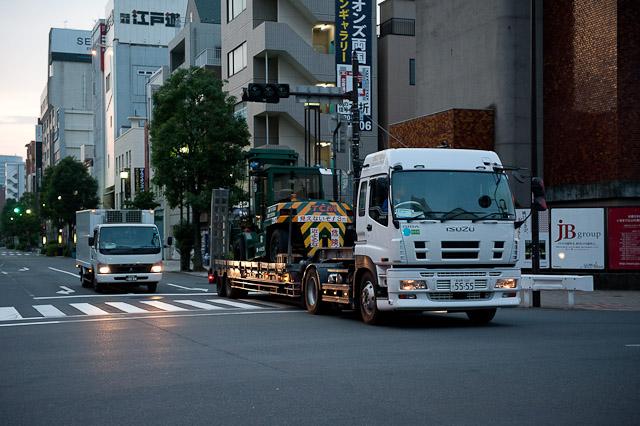 大型フォークリフトを運ぶいすゞギガ