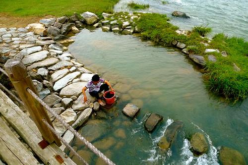 .....好久沒看到有人在河邊洗衣服了.....