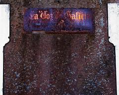 La Voz de Galicia (Mara lvarez Sanmartn / rubialva.com) Tags: old espaa muro wall newspaper journal rusty symmetry galicia mur viejo cartel affiche peridico acorua lavozdegalicia symtrie rouill simetra vieil oburgo