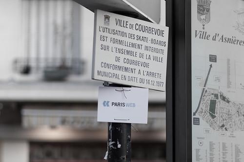 Le panneau de direction vers Paris-Web