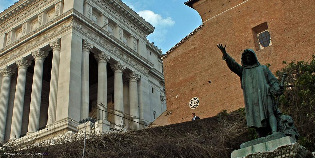 La statue de Cola di Rienzo, face à l'église. A gauche, le monument à Victor-Emmannuel II