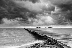 Reaching the storm (raul_lg) Tags: sea sky blancoynegro canon mar arena murcia amanecer cielo lee nubes pantalan losurrutias raullg