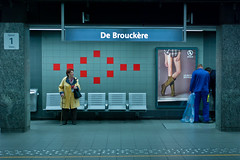 de brouckre (Winfried Veil) Tags: leica blue red brussels rot sign subway advertising poster 50mm veil belgium belgique legs metro ad platform bruxelles rangefinder advertisement schild seats ubahn passenger blau werbung brssel summilux asph plakat winfried beine bahnsteig belgien m9 pnv aigle sitze untergrundbahn debrouckre fahrgast messsucher leicam9 winfriedveil lesbottesboyfriend