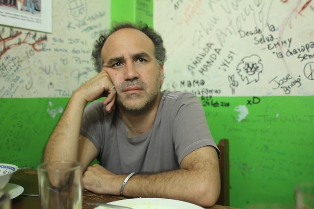 Javier Corcuera, en el Bar Queirolo, en un alto del rodaje de su nuevo documental