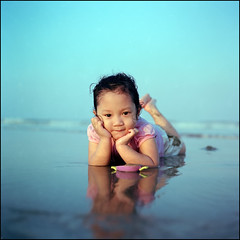 -0004 (hey.poggy) Tags: reflection 120 6x6 tlr film beach girl kid friend afternoon wind sweet muslim curly squareformat malaysia sands ph manualfocus malay terengganu twinlensreflex mamiyac220 iso160 asa160 poggy kodakektacolorpro160 hawwa sekor80mmf28 poggyhuggies mrhuggies focuskidsweetmalayreflectioncurly kupihdaughter