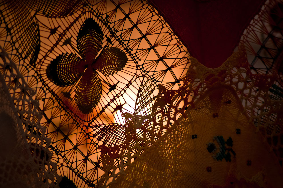 Trabajos en Ñandutí son vistos en las diferentes ferias de artesanías colocadas en la plaza de la democracia, organizadas por el IPA y ANAPAR. (Elton Núñez)