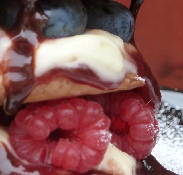 Μιλφέιγ με raspberries και σοκολάτα