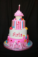 "cupcake birthday cake • <a style=""font-size:0.8em;"" href=""http://www.flickr.com/photos/60584691@N02/6063233305/"" target=""_blank"">View on Flickr</a>"