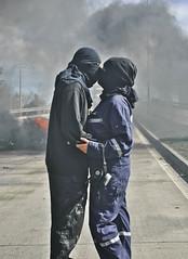 [フリー画像] 人物, カップル・恋人・夫婦, キス, 暴動, 201109050100