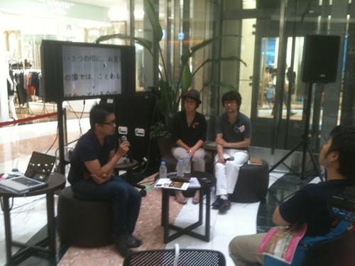 九州アートゲート、アーティストトークなう。牛島光太郎さんとキム・キョンファさん。JR博多シティ