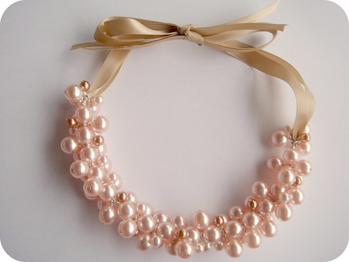 http://smittenkittende.blogspot.ca/2011/09/pearl-cluster-necklace-free-tutorial.html